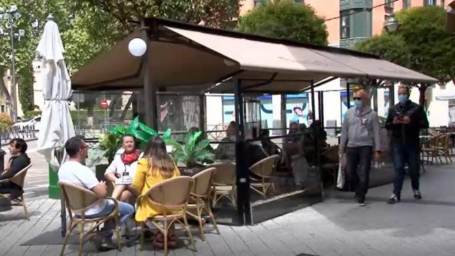 Varios bares situados en el centro de Valladolid han tenido que explorar su lado más creativo imponiendo medidas que les permitan optimizar sus recursos y poder obtener el mayor beneficio posible para enfrentarse a la crisis que asola al sector a pesar de no poder completar su aforo: los clientes dispondrán de un máximo de 45 minutos por consumición en la terraza.