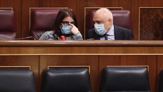 Adriana Lastra y Rafael Simancas hablan en sus escaños durante un Pleno del Congreso