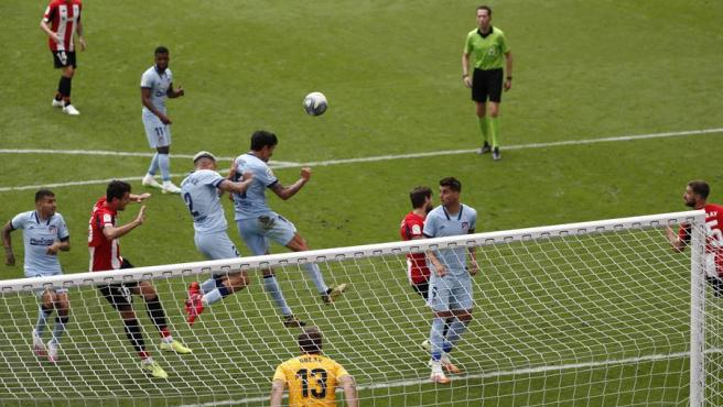 Un momento del partido entre Athletic y Atlético.