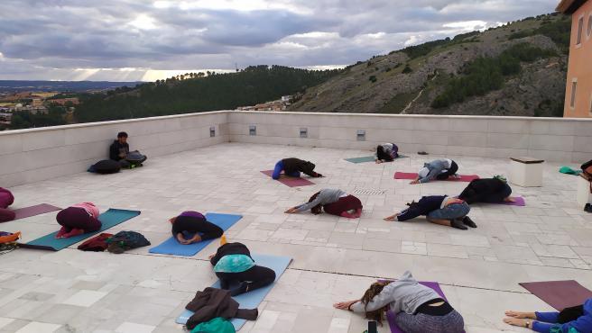 Clase de yoga en el casco antiguo de Cuenca.