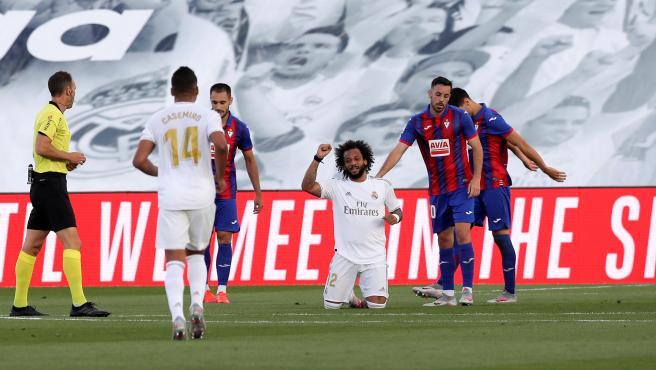 El lateral del Madrid celebró su tanto con un gesto reivindicativo.