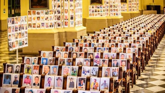 Retratos de fallecidos por COVID-19 en una misa en la catedral de Lima dedicada a las víctimas de la pandemia del coronavirus en Perú.