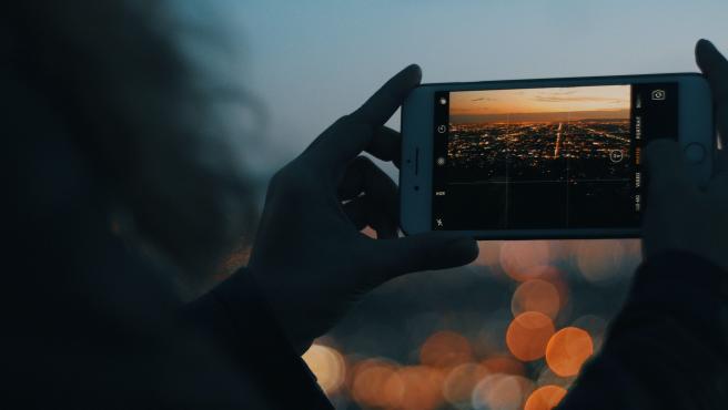 Al caer la noche, sacar una buena foto con el móvil se vuelve más complicado.