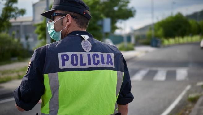 Un policía nacional, con mascarilla en un control en Pamplona.