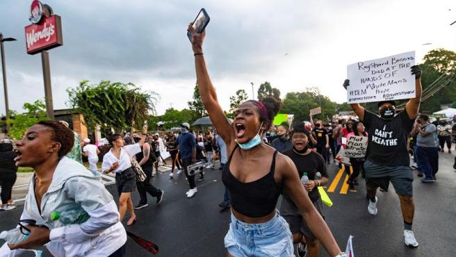 Manifestantes protestan en Atlanta, EE UU, por la muerte del ciudadano negro Rayshard Brooks tras ser tiroteado por la policía.