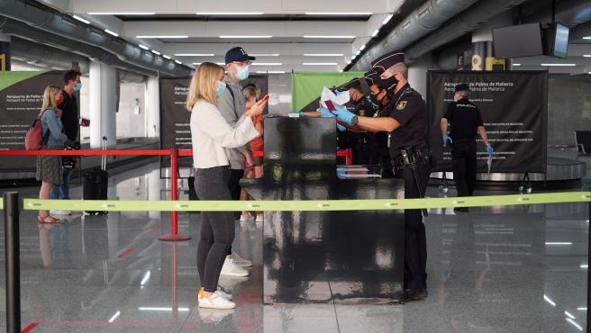 Llegada de los primeros turistas alemanes al aeropuerto de Palma.