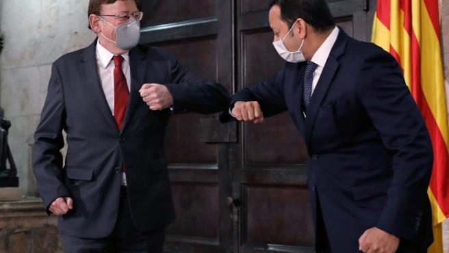 El president de la Generalitat, Ximo Puig, saluda al presidente del Valencia CF, Anil Murthy.