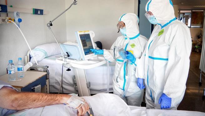 """Científicos británicos de la Universidad de Oxford han confirmado hoy un importante avance en el tratamiento de la COVID- 19. Se trata de la dexametasona, un potente corticoide con el que han conseguido reducir las muertes de los enfermos más graves. El profesor Peter Horby, uno de los coordinadores del ensayo, dice que """"en pacientes con dificultades respiratorias, incluso con ventilación asistida, está demostrándose bastante eficaz"""". """"Se reduce el riesgo de muerte alrededor de un 20 por ciento"""", ha señalado Horby. Este tratamiento se viene aplicando con éxito también en España desde el mes de marzo, como ya explicaba entonces José Luis Callejas, miembro de la Unidad de Enfermedades Autoinmunes Sistémicas del Hospital Clínico de Granada."""