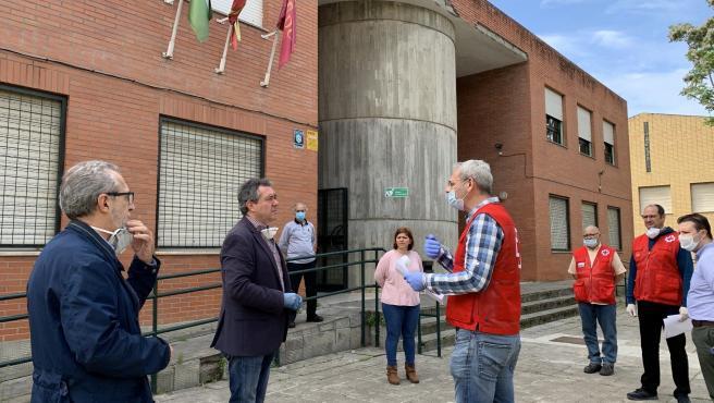 El alcalde de Sevilla, Juan Espadas, junto al responsable de Bienestar Social, Juan Manuel Flores, visita el dispositivo alimentario