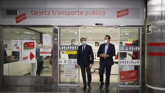 Ignacio Aguado (dcha.), vicepresidente de la Comunidad de Madrid, junto al consejero de Transportes, Ángel Garrido.