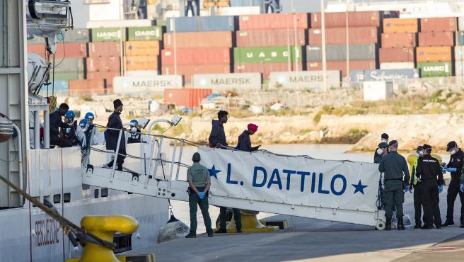 Inmigrantes desembarcando del Dattilo, de la flotilla del Aquarius