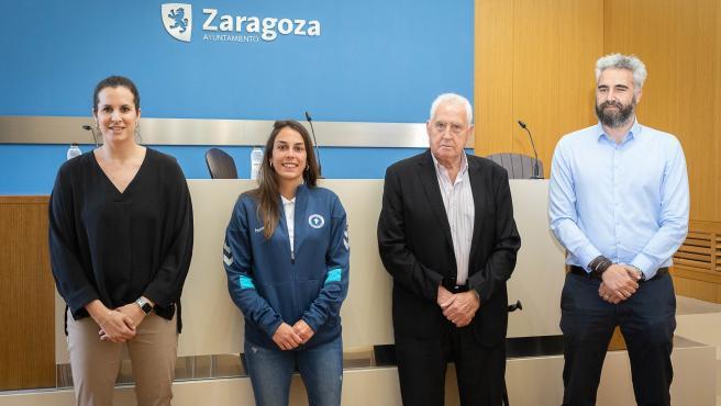 La concejala delegada de Deportes del Ayuntamiento de Zaragoza, Cristina García, junto al vicepresidente del Zaragoza Club de Fútbol Femenino, Rubén Alcaine, y la jugadora del club Lucía Fuertes