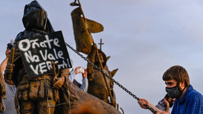 Manifestantes en una protesta contra la estatua de Juan de Oñate en Albuquerque, en Nuevo México (EE UU).