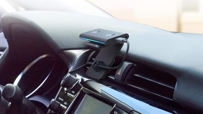 el Echo Auto se conecta a la app Alexa de tu teléfono y suena en los altavoces de tu coche a través de la entrada de audio auxiliar o la conexión Bluetooth del teléfono.