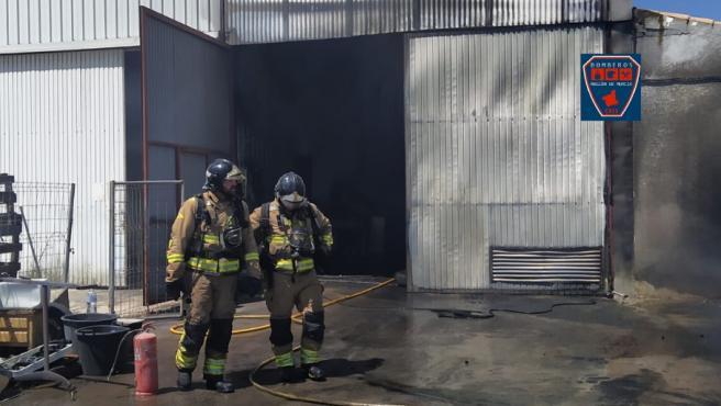 Bomberos del CEIS intervienen en un incendio declarado en un almacén de vehículos en Mazarrón