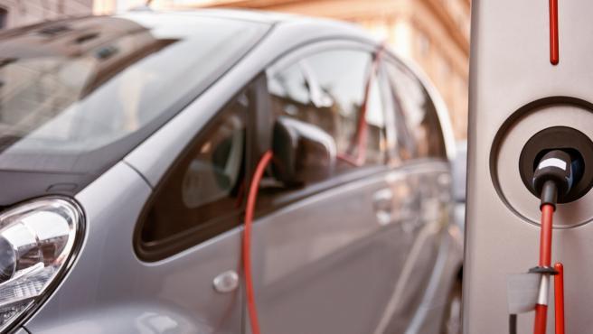Immagen de un coche eléctrico cargándose. Vehículo eléctrico. Recarga eléctrica. Recurso.