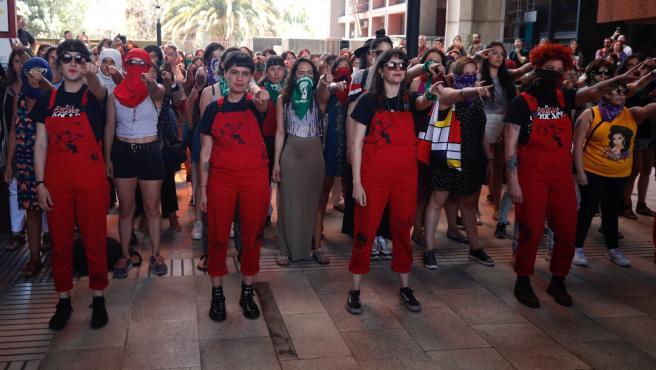 El colectivo feminista chileno Las Tesis, de izquierda a derecha, Paula Stagne, Dafne Valdés, Sibila Sotomayor y Lea Cáceres.