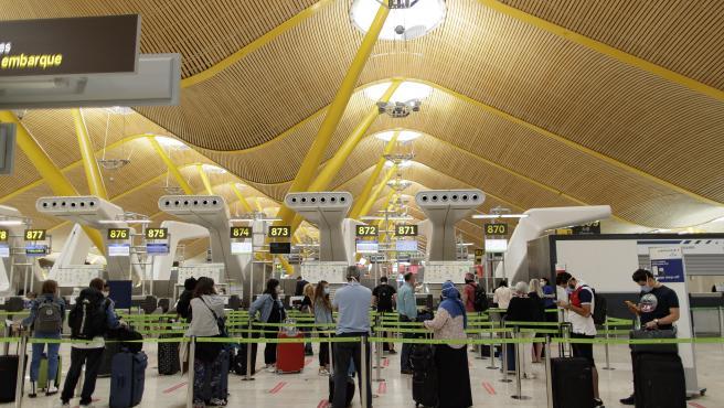 Pasajeros con sus maletas en las instalaciones de la Terminal T4 del Aeropuerto Adolfo Suárez Madrid-Barajas.