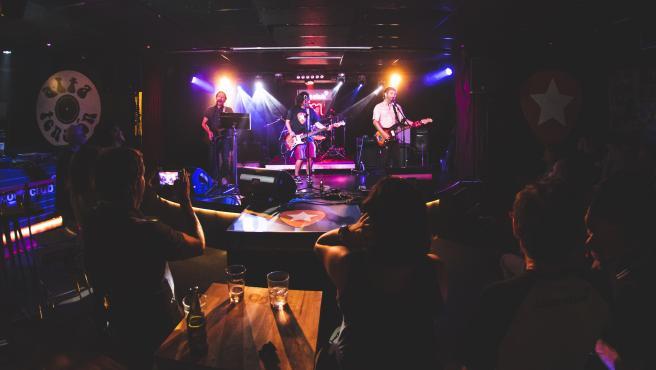 Actuación en la sala Loco Club de València