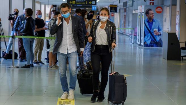 Unos turistas alemanes, a su llegada al aeropuerto de Ibiza.