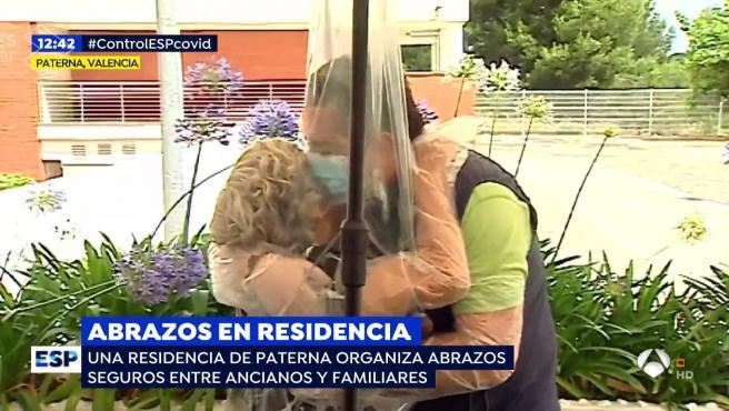 Reencuentro entre Alfonso y su madre en una residencia de mayores.