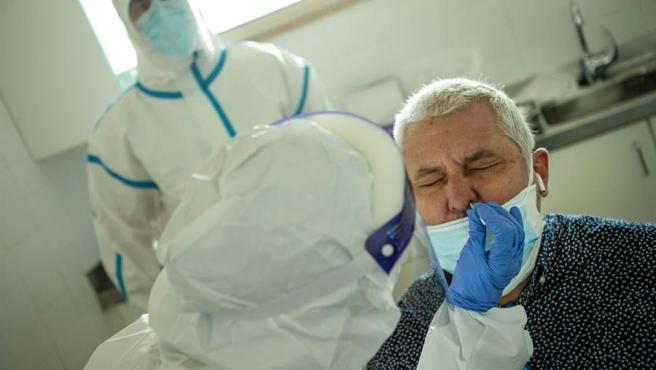 Profesionales sanitarios realizan test en los Centros de Atención Primaria.