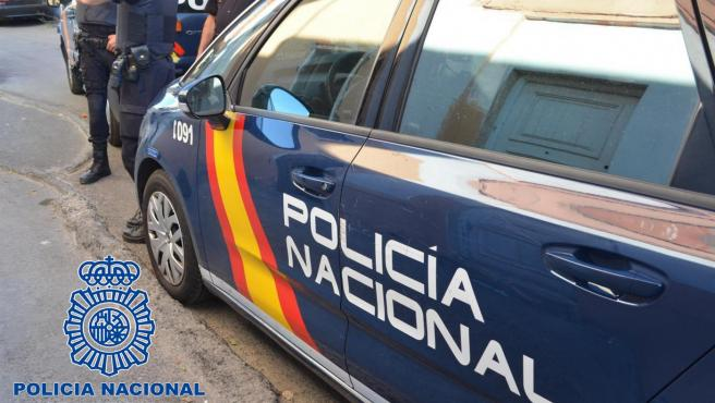 Vehículo de Policía Nacional, agentes.