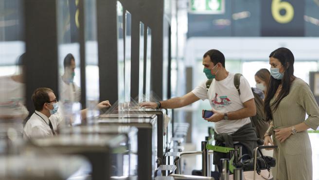 Imagen de archivo de dos pasajeros con sus maletas en el Aeropuerto Adolfo Suárez Madrid-Barajas.