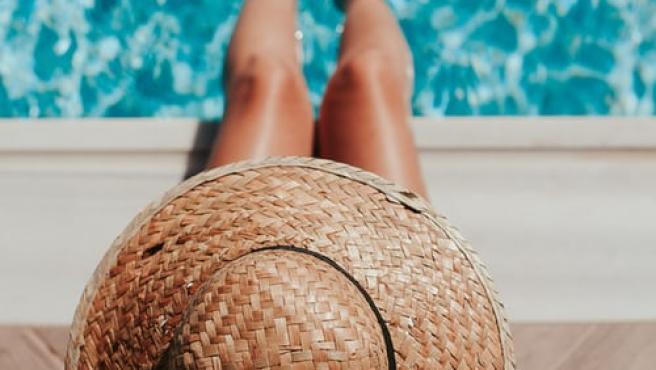 Tan importante como dar con el bikini perfecto es hacerlo con los complementos.