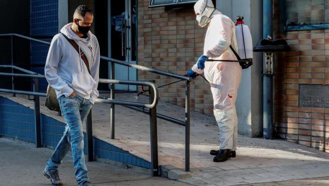 Un empleado municipal desinfecta las inmediaciones de un centro de salud en Sao Paulo, Brasil, durante la pandemia del coronavirus.