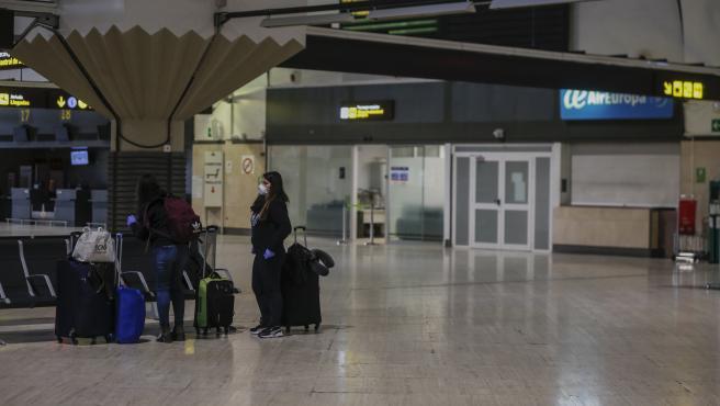 Dos pasajeras en la zona terminal de embarque del aeropuerto de Sevilla-San Pablo.