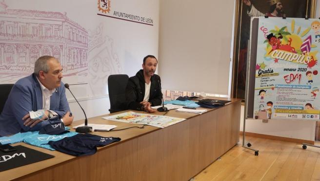 El concejal de Deportes, Vicente Canuria, junto al responsable de Escuelas Municipales, René González.