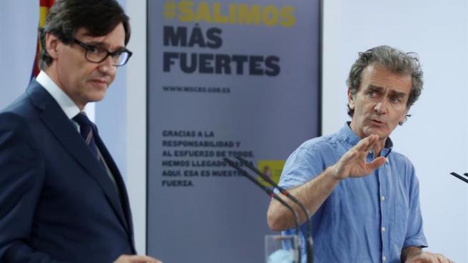 El ministro de Sanidad, Salvador Illa y el director del Centro de Coordinación de Alertas y Emergencias Sanitarias, Fernando Simón, dan una rueda de prensa en el Complejo de la Moncloa.