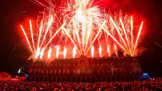 Espectáculo de fuegos artificiales llevado a cabo en el Pazo de Raxoi de Santiago de Compostela
