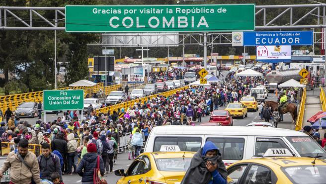 Refugiados y migrantes de Venezuela esperan para entrar a Ecuador desde Colombia.