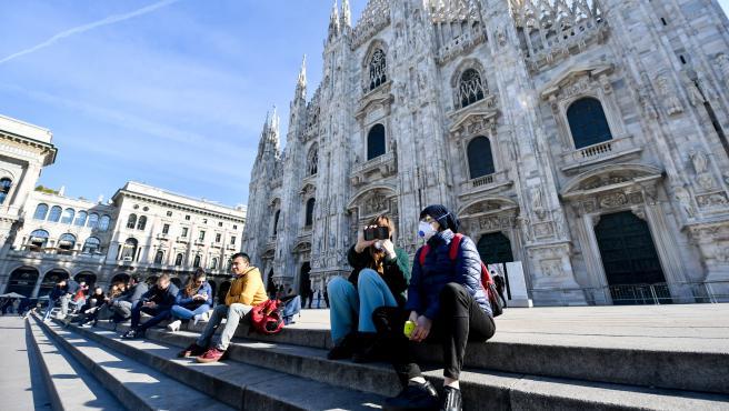 Turistas delante de la catedral de Milán en febrero.