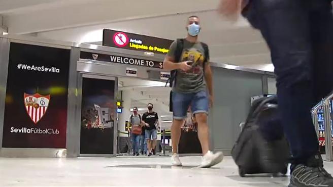 Varios pasajeros llegan al aeropuerto de Sevilla.