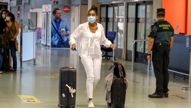 Turistas de un vuelo de Eurowings procedente de Düsseldorf (Alemania), a su llegada al aeropuerto de Ibiza.