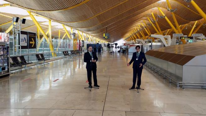 Los ministros José Luis Ábalos y Salvador Illa han visitado este sábado el aeropuerto de Barajas para comprobar las medidas de seguridad establecidas.