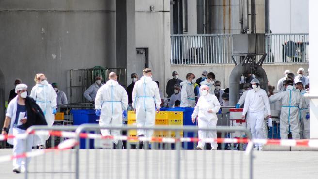Imagen distribuida por las fuerzas armadas alemanas de la toma de muestras a trabajadores del matadero Toennies en Guetersloh, Alemania.