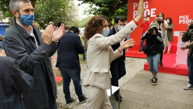 La ministra de Hacienda y portavoz del Gobierno, María Jesús Montero; el alcalde de Vilagarcía de Arousa (Pontevedra), Alberto Varela; y el secretario xeral del PSdeG, Gonzalo Caballero, en un mitin de precampaña para las elecciones del 12 de julio.