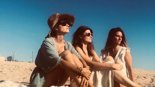 Sara Carbonero inaugura el verano con un plan entre amigas en la playa.