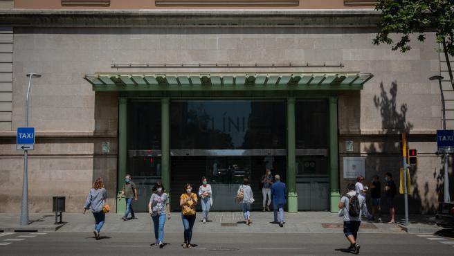 Varias personas caminan cerca de la puerta del Hospital Clínic de Barcelona.