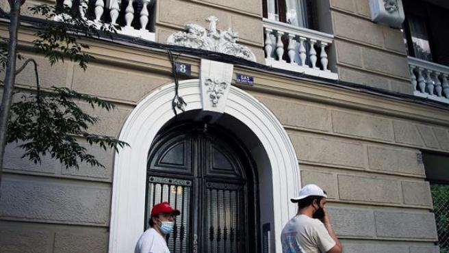 Vista del portal del centro de Madrid, donde anoche un hombre mató a puñaladas a su padre, este domingo en el distrito de Chamberí