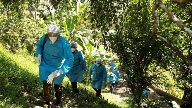 Soldados brasileños llegan la aldea de Cruzeirinho, del grupo étnico Mayoruna, en Palmeiras do Javari (Brasil), para prestar asistencia ante la pandemia del coronavirus.