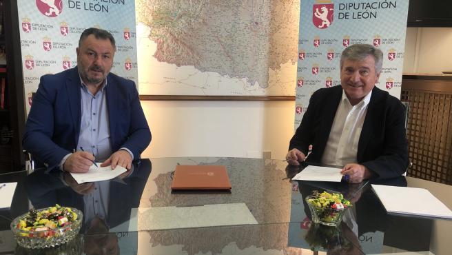 El presidente de la Diputación de León, Eduardo Morán, y el alcalde de Carracedelo, Raúl Valcarce, en la firma este lunes del convenio entre las dos administraciones.