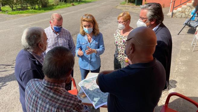 La portavoz del PP, Teresa Mallada, se reúne con representantes vecinales de San Andrés de los Tacones, en Gijón