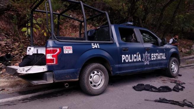 Vehículo en el que viajaban seis policías asesinados en una emboscada en una carretera en el estado de Guerrero (México).