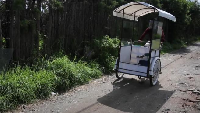 Profesor guatemalteco en su bici aula