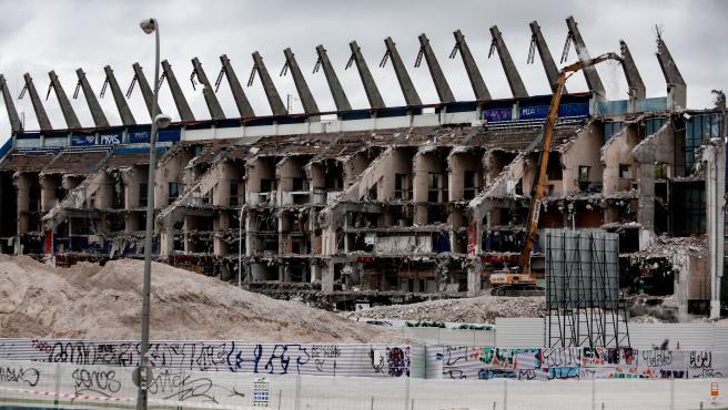 Una demoledora derriba la última pared del estado Vicente Calderón.